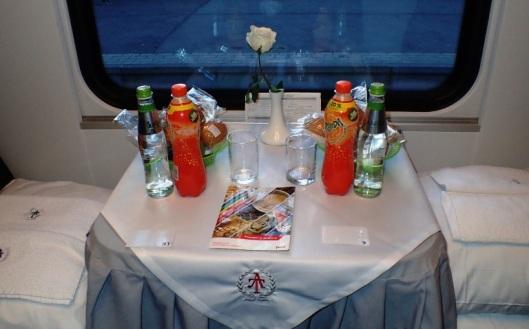 Hytissä odotti kauniisti katettu pöytä juomineen ja kestosämpylöineen sekä croisantteineen.