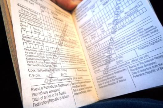 Moskovaanhan ei matkusteta niinkuin Tukholmaan tai Tallinnaan. Ensin on haettava viisumia, johon menee ainakin pari viikkoa. Sitä ennen on vastattava paperilliseen kysymyksiä, kuten koska olet ollut viimeksi Venäjällä ja mainittava aikaisemmat nimet sekä salanimet, uuuuuu. Junassa odottaa tällainen maahantulokortti, joka on osattava täyttää virheettömästi ja puolet siitä säilytettävä koko reissun ajan.