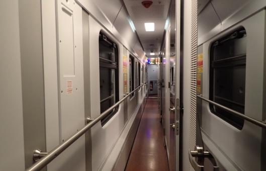 Junan käytävä näyttääpi tältä. Siinä on hyttejä ja ikkunaa ja jokaisen vaunun päässä vaunuisännän tai -emännän hytti. Sieltä hän yöllä kuikuilee kun turisti käy vessassa.