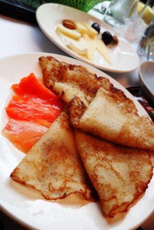 Moskovaan saapuessa tarjoiltiin aamiainen hyttiin. Me valitsimme blinit, jotka muuten oikeasti venäläisittäin ovat ihan niinkuin meidän lättymme, eivät niitä amerikkalaisen pancaken näköisiä paksuja, mitä meillä blineinä tarjotaan.