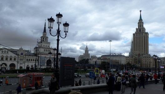 Pitkän ja jopa rentouttavan junamatkan jälkeen saavuimme Moskovan Leningradski-juna-asemalle eli yhdelle niistä lukuisista. Asemalle saattoi jättää laukut säilytykseen ja sieltä pääsi myös kätevästi metroon. Ja metro taas... se onkin sitten oma tarinansa.