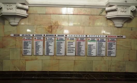 Tältä näyttää metrossa ja tuosta tulee osata lukea, mihin on matkalla.