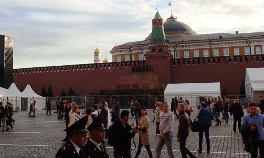 Ennakko-odotukseni Moskovasta oli ajatus siitä, että kuulaana syyspäivänä seison auringonpaisteessa avaralla Punaisella torilla ja ihmettelen kaiken suuruutta. Suurta oli, mutta se autius jäi nyt havainnoimatta kun keskellä toria oli pressutettu katsomo odottamassa illan juhlallisuuksia ja väkeä oli niin vietävästi. Kuvassa keskellä takana oleva musta möykky on Leninin mausoleumi, jossa hän balsamoituna lepää. Toisaalta se olisi ollut kohde, jossa käydä, mutta tuskin olisi ollut aukikaan. Lisäksi venäläiset ystävämme antoivat ymmärtää, että jos on jo pienestä lapsesta asti joutunut siellä käymään, ei vapaaehtoisesti jaksa enää oikein kiinnostaa. Sen voi ymmärtää, vaikka sitä kaikkea on vaikea ymmärtää.