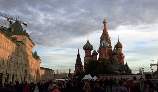 Pyhän Vasilin katedraalin näimme kaukaa, emme käyneet sisällä. Alkoi jo olla vähän kiire pois keskustasta ennen illan juhlallisuuksia. Päätimme kehittää oman rituaalin ja etsimme torilta kivipaaden, jota silittelin ja samalla lausuin, että tässä se on kivi, jota kun silittää, joutuu palaamaan Moskovaan. Se oli mitätön kivi, mutta meille siitä tuli täten merkityksellinen. Jostainhan sen jutun on aina alettava.