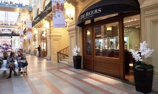 TIffanyn ja Hermesin lisäksi oli oikein De Beersin kauppa....