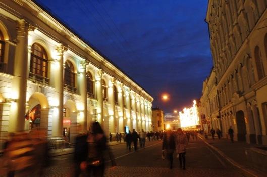 Kauniissa valaistuksessa kylpee kaunis ja rauhallinen juhlaillan Moskova.