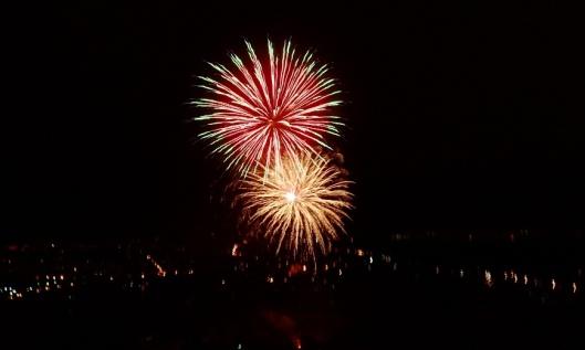 Ja jatkui, kunnes loppui. Sitten vielä kaukaisuudessa jatkui vaikka kuinka kauan yksi. Suurimmista suurin, Punaisen torin ilotulitus. Hyvää syntymäpäivää suuri ja kaunis Moskova! Mitähän ensi vuonna kun on tasavuosi...