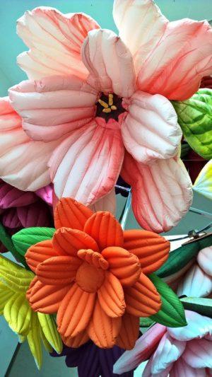 Kukat näkyvät Kiasman pääovelta kun pikkuisen viitsii taivuttaa päätä ja katsoa kakkoskerrokseen. Siellä ne aukenevat ja sulkeutuvat. Niiden alle voi mennä makoilemaan ja sekös vasta onkin mukavaa. Kukat ne siinä vain hurisevat ja aukenevat pään päällä.
