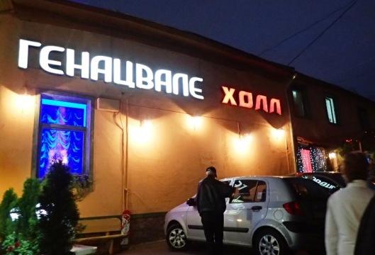 Siellä kävellään useita kilometrejä, että päästään armenialaiseen ravintolaan.