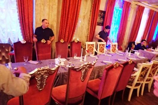 Siellä yhdistetään pöydät yllätyksenä saapuneelle 20-jäseniselle ryhmälle ja tarjotaan heille yhteispakettia ruoasta, jota sitten aletaan kantaa pöytiin ja hinta alkuruoille ja pääruoille on vajaa 20 € / henkilö.