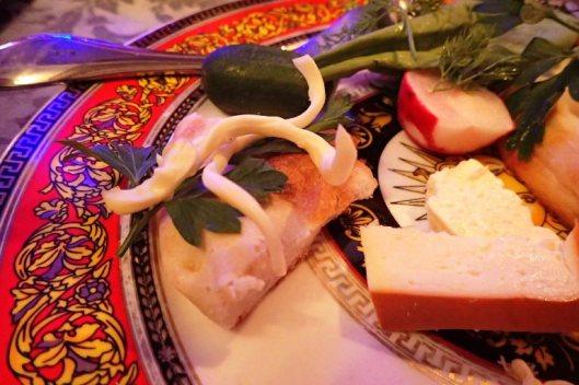 Armenialaiseen ruokaan kuuluu paljon tuoreita vihanneksia ja toinen toistaan maukkaampia yrttejä, joita nautiskellaan erilaisten juustojen ja leivän kanssa. Alkupalojen jälkeen tuodaan juustoleipä, joka on ihana vaalea, vähän naan-leivän tyyppinen pyöreä leipä, joka on sekä täytetty että päällystetty juustolla.