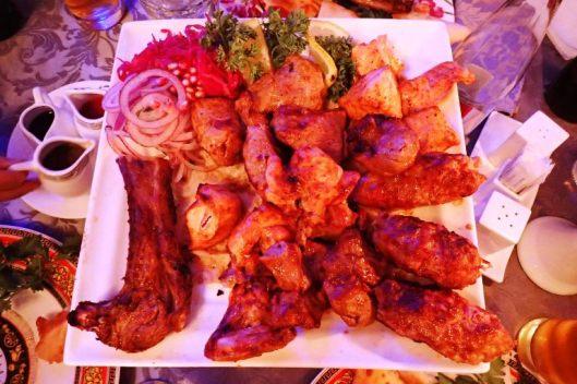Sitten syödään pääruokaa, jossa on erilaisia ylettömän herkullisia ja mehukkaita lihoja, lohta ja kanaakin.