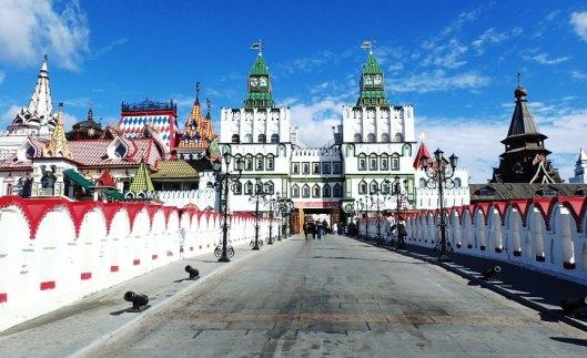 Kulkusilta Izmailovon Kremliin. Moskova 869 -juhlapäivänä sillalla oli linnunkeyttäjä, joka rahaa vastaan tarjosi lintuja olkapäälle kuvattaviksi.
