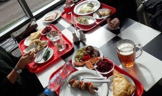 Kuvan ruoat kaikki yhteensä juomineen päivineen maksoivat noin 15 €. Punajuurisalaattia, grillattuja vihanneksia, jättipelmenejä (joiden nimeä en muista), juustotäytteisiä leipiä, lihavarras, lihapullia, muusia, juustoleivos...
