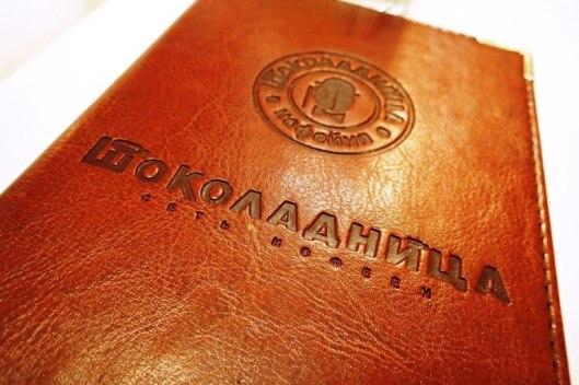 Siellä syödään herkkuja ja juodaan ihanaa venäläistä teetä tai erikoiskahveja paikallisissa kahviloissa, joista päädyimme meille paljon ylistettyyn Shokoladnitsa-kahvilaan.