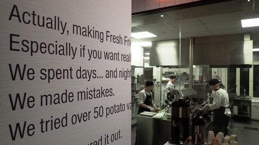 Friends & Brgrsissa toiminta on avointa ja keittiö halutaan pitää näytillä. Kiva katosa, kuinka hampparit ja ranet valmistuvat.