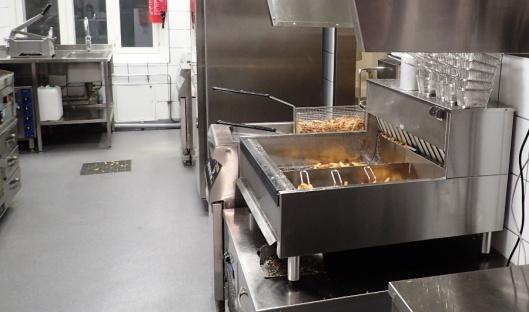 F&B on kehittänyt manlaisensa tavan valmistaa ranskiksia. Ne eivät olekaan French Fries, vaan Fresh Fries. Perunat pestään kunnolla ja suikaloidaan kuorineen päivineen. Ne keitetään ensin vedessä, sitten kylmässä öljyssä ja viimeiseksi kuumassa öljyssä. Aitoa perunaa, ah niin rapeaa. Ihan toista kuin nopeasti öljyyn heitetyt pakastesuikulat.