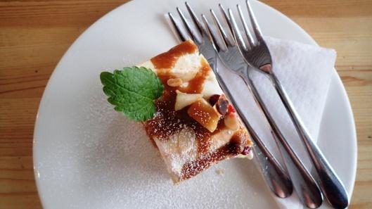 Raikas monin eri mauin ja yksityiskohdin täydennetty Brita-torttu.